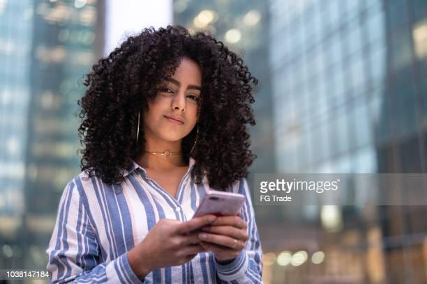 mulher de negócios usando o celular ao ar livre - retrato - mobilidade - fotografias e filmes do acervo