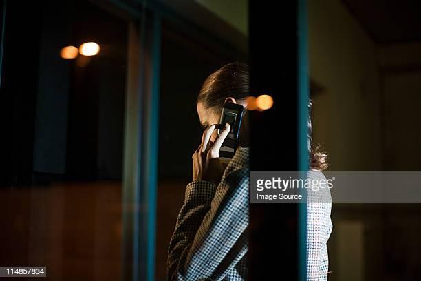 mulher de negócios usando o celular no escritório à noite - privacidade - fotografias e filmes do acervo