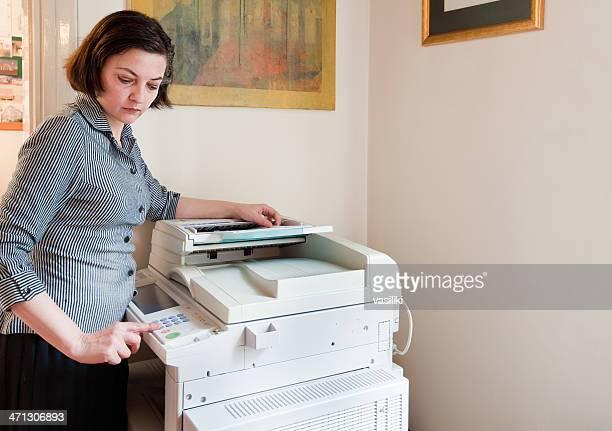 Femme d'affaires à l'aide d'appareil multifonctions