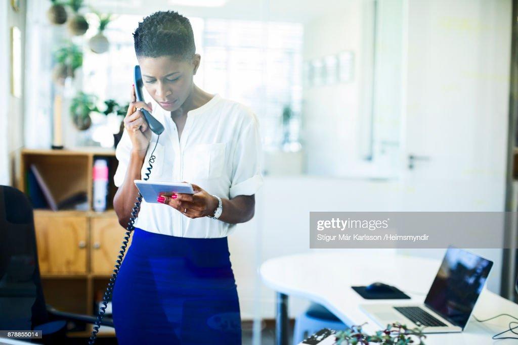 Femme daffaires en utilisant le téléphone et tablet pc dans le