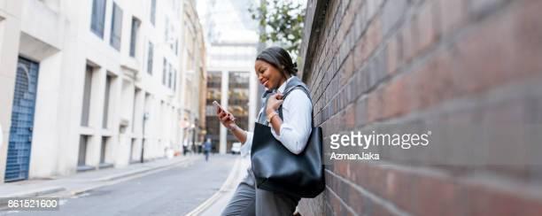 Affärskvinna med smart phone