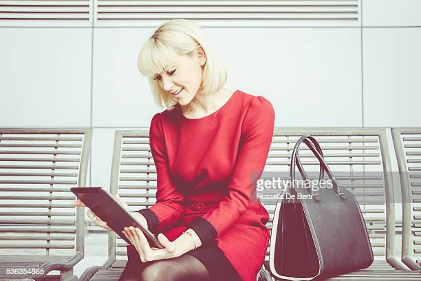 Donna d'affari utilizzando il Tablet