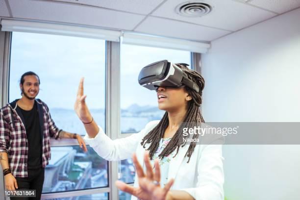 Geschäftsfrau mit virtual-Reality-Simulator in Kreativbüro