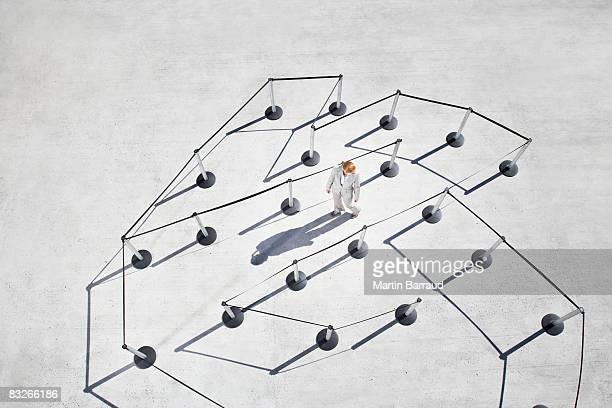 Geschäftsfrau zu Fuß Labyrinth von Reihe posts