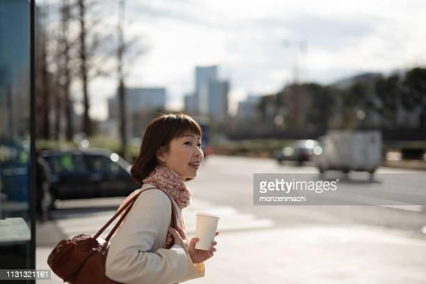 ビジネスウーマン通りを歩く - 晴れている ストックフォトと画像