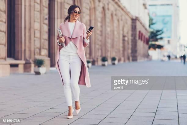 empresária caminhando na rua - bolsa rosa - fotografias e filmes do acervo