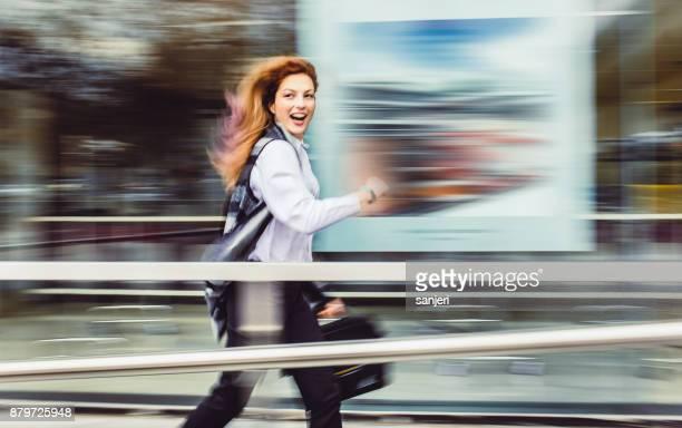 zakenvrouw lopen naar werk - tijdopname stockfoto's en -beelden