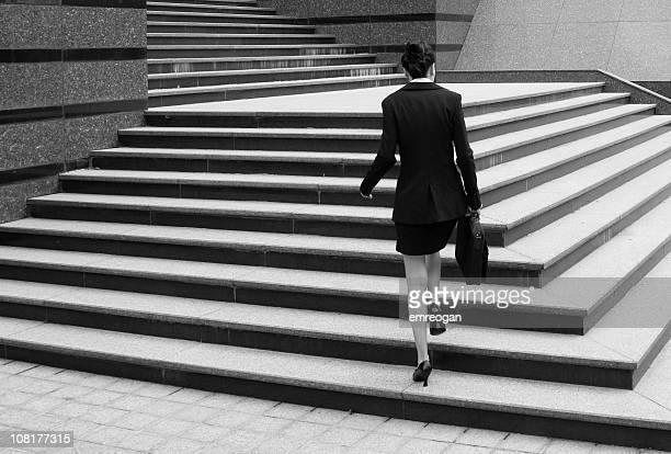 mulher de negócios andar até escadaria - só uma mulher jovem imagens e fotografias de stock