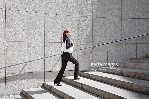 mulher de negócios andar up steps - degraus e escadas imagens e fotografias de stock