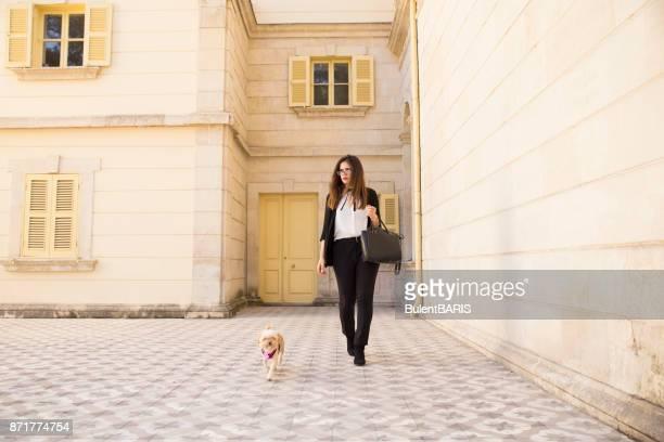 Geschäftsfrau, Wandern mit Hund.