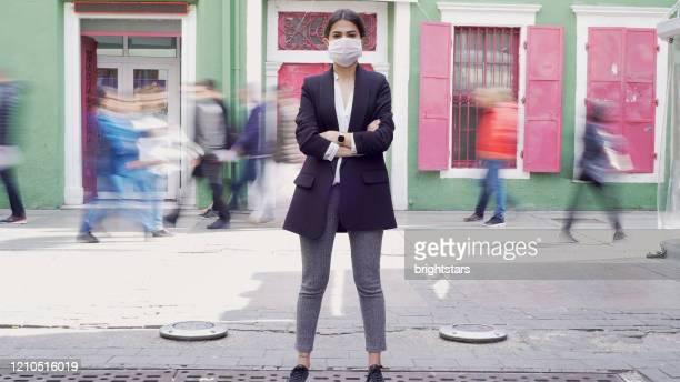 femme d'affaires utilisant un masque - confinement photos et images de collection