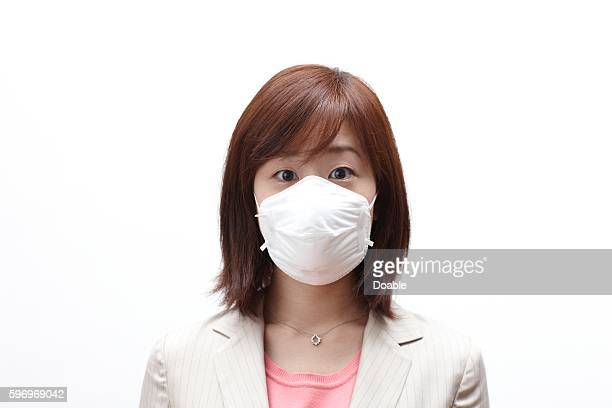 businesswoman wearing a surgical mask - 30代の女性 ストックフォトと画像