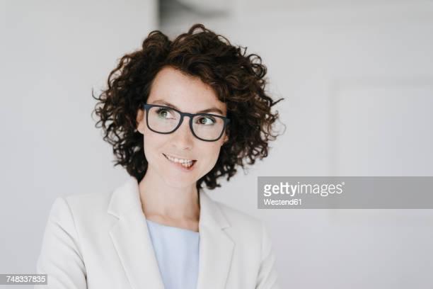 businesswoman wearing glasses, looking doubtfully - trabalhadora de colarinho branco imagens e fotografias de stock
