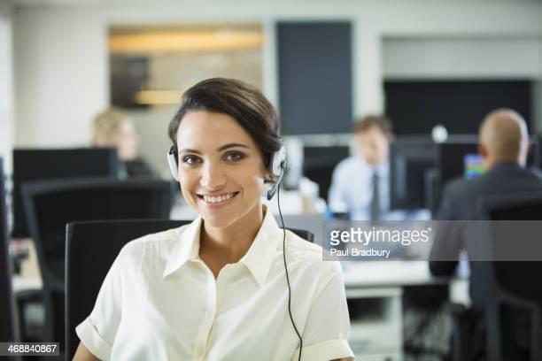 ヘッドセットを着ているビジネスウーマンにオフィス