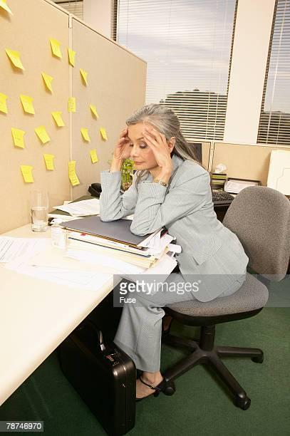 businesswoman with a headache - mujeres de mediana edad fotografías e imágenes de stock