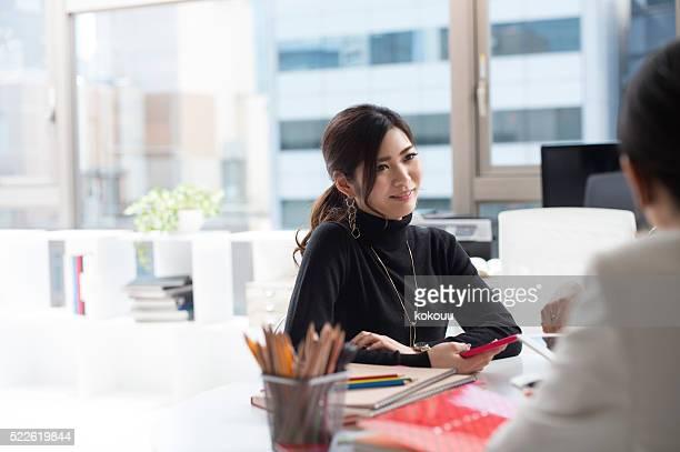 仕事一色でのミーティングに、オフィス