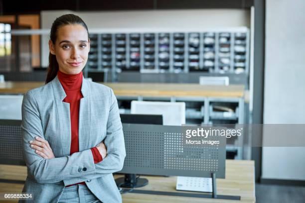 businesswoman with arms crossed in textile factory - da cintura para cima imagens e fotografias de stock