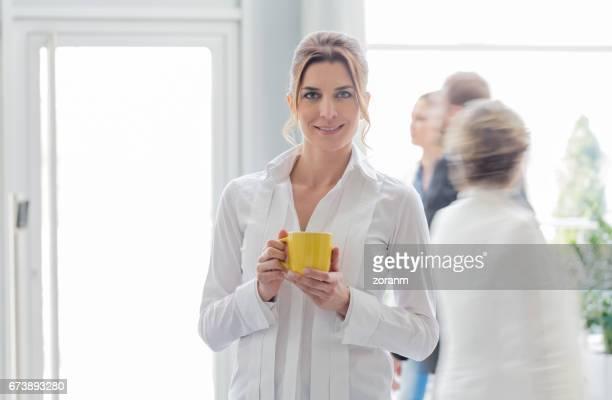 Geschäftsfrau mit Mitarbeitern von Rauschen