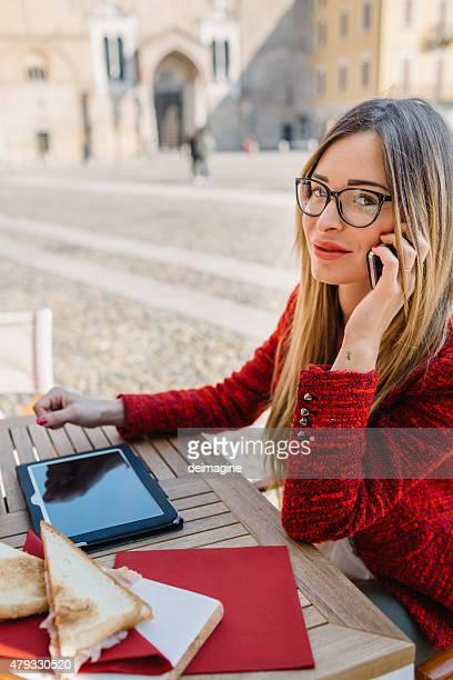 デジタルタブレットビジネスウーマンには、屋外カフェ