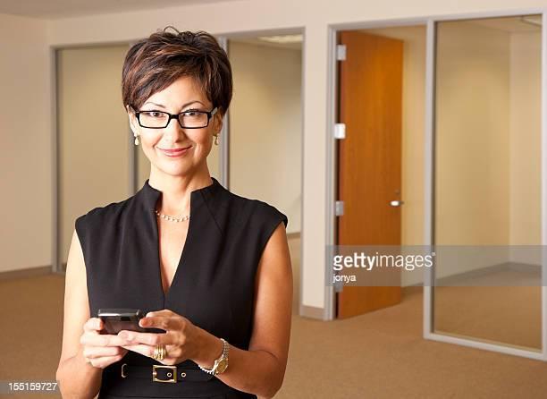 Mujer de negocios con gafas SMS
