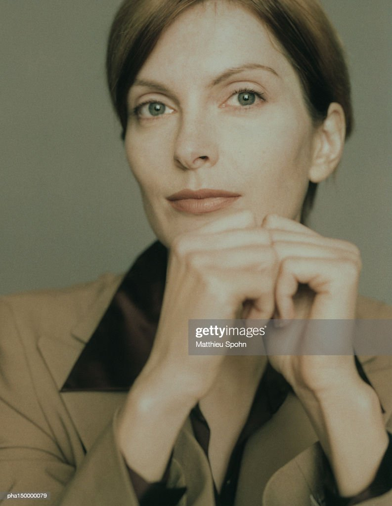 Businesswoman with hands together, portrait : Stockfoto