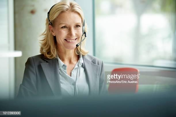 businesswoman with headset - telefoonberoep stockfoto's en -beelden