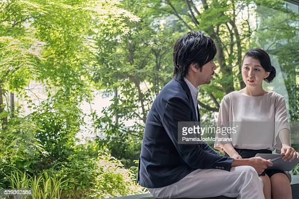 Femme d'affaires avec ordinateur portable des entretiens homme d'affaires avec tablette, Parc d'affaires