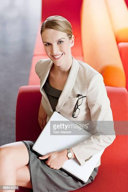 Donna d'affari con il portatile in sala d'attesa