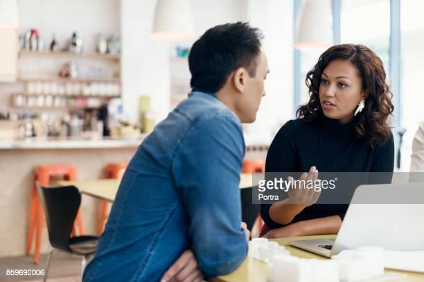 mulher de negócios com colegas do sexo masculino em reunião - informal para negócios - fotografias e filmes do acervo
