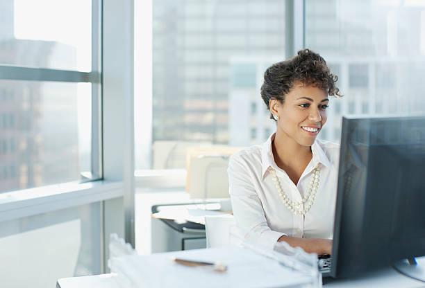 businesswoman working at desk in office - 聯繫 個照片及圖片檔