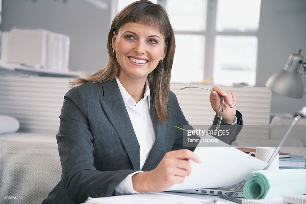 Businesswoman working at desk : Bildbanksbilder
