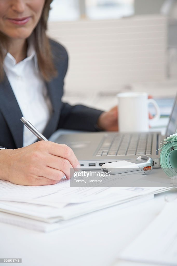 Businesswoman working at desk : Stockfoto