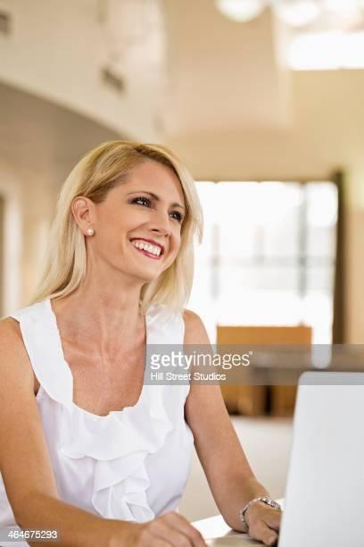 businesswoman working at laptop - caldwell idaho foto e immagini stock