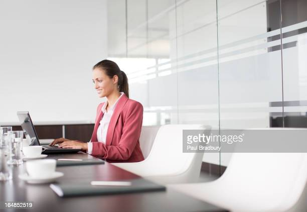 Geschäftsfrau Arbeiten am Konferenztisch