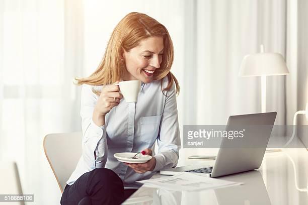 Geschäftsfrau Arbeiten im Hotelzimmer