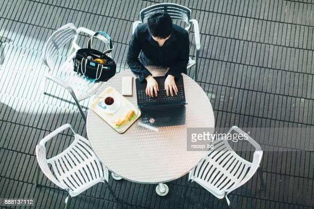 昼食時に働く実業家