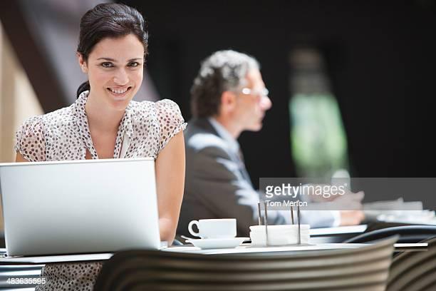 Femme d'affaires travaillant dans le café