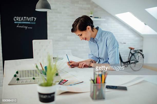 Mujer de negocios trabajando en su oficina.