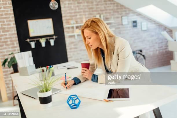 Geschäftsfrau Arbeiten in Ihrem Büro