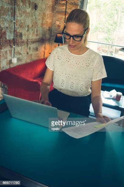 Geschäftsfrau arbeiten im Büro