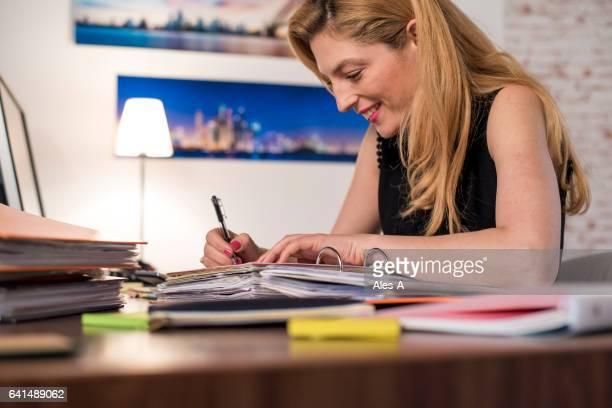 Mujer de negocios trabajar hasta tarde