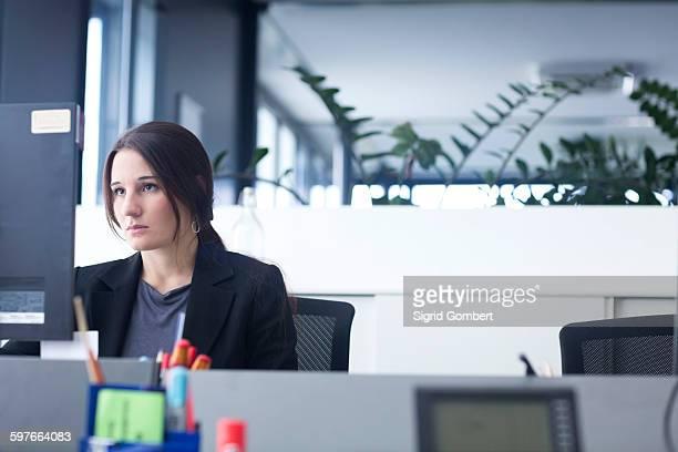 businesswoman working on computer in office - sigrid gombert - fotografias e filmes do acervo