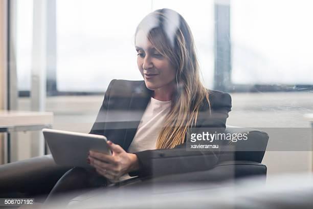 Geschäftsfrau, die auf digitale tablet