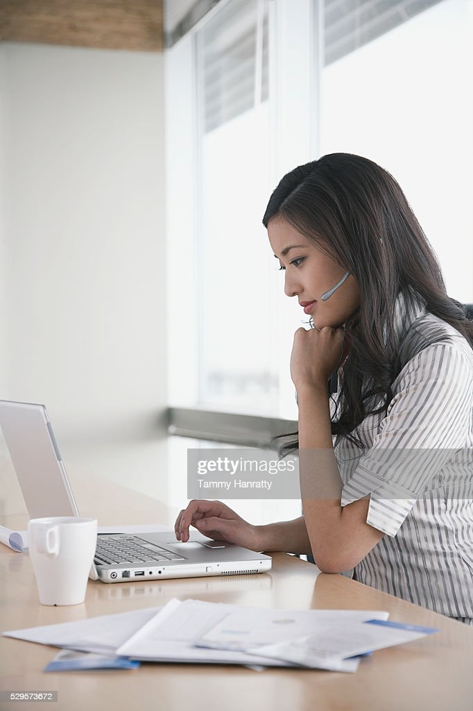 Businesswoman working on laptop : Stock-Foto