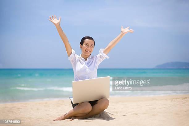 businesswoman working on the beach - 袖を折った袖まくり ストックフォトと画像