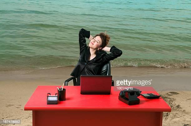Geschäftsfrau working on the beach