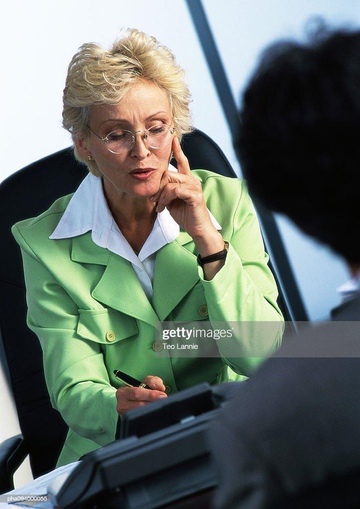 Businesswoman writing, blurred foreground : Stockfoto