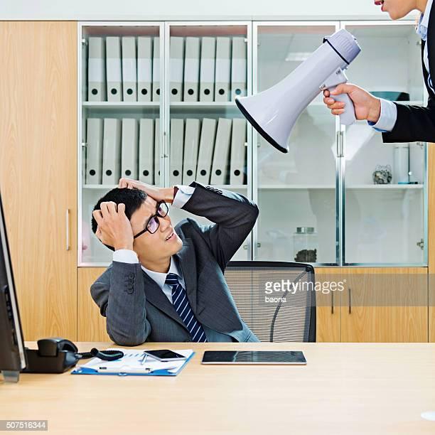 Geschäftsfrau mit Schreien an einen Kollegen über Schalltrichter