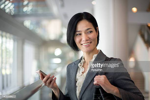 businesswoman you are using a tablet - ショルダーバッグ ストックフォトと画像
