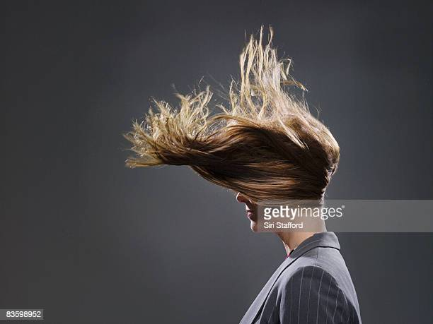 Femme d'affaires de Cheveux dans le vent souffle
